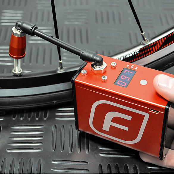 Kompressorpumpe Fumpa Bike Pump elektrisch 42x73x87mm rot